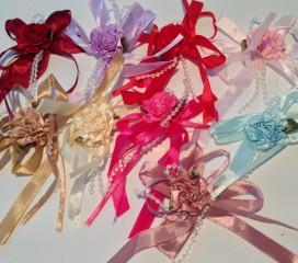 Schleife mit Blüte und Perlen